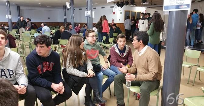 Los alumnos de La Salle Alcoi planifican su futuro en la 'Feria de las Profesiones'