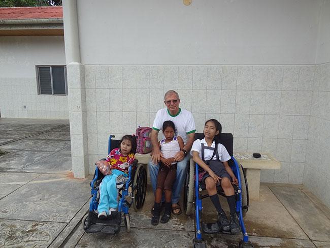 Con-niños-discapacitadosfìsicos---1
