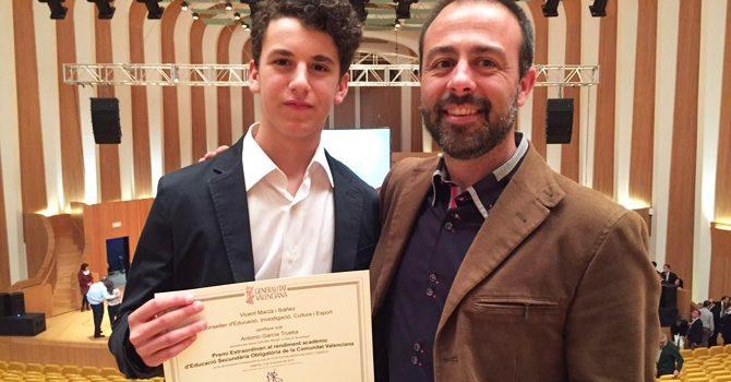 Antonio García, alumno de La Salle Alcoi, recibe el premio extraordinario al rendimiento académico