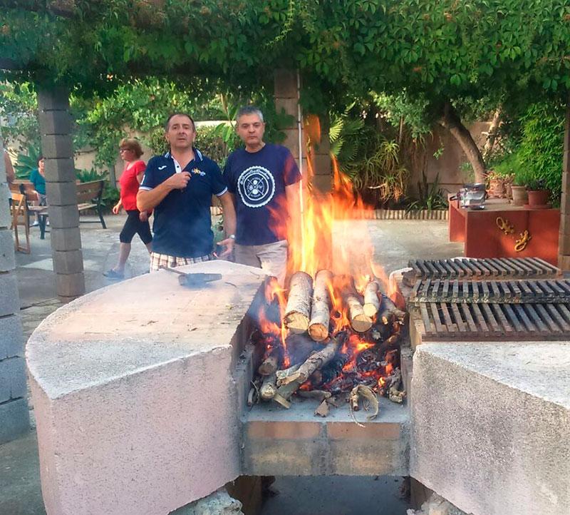 Vigilando el fuego para la 'torrá'.