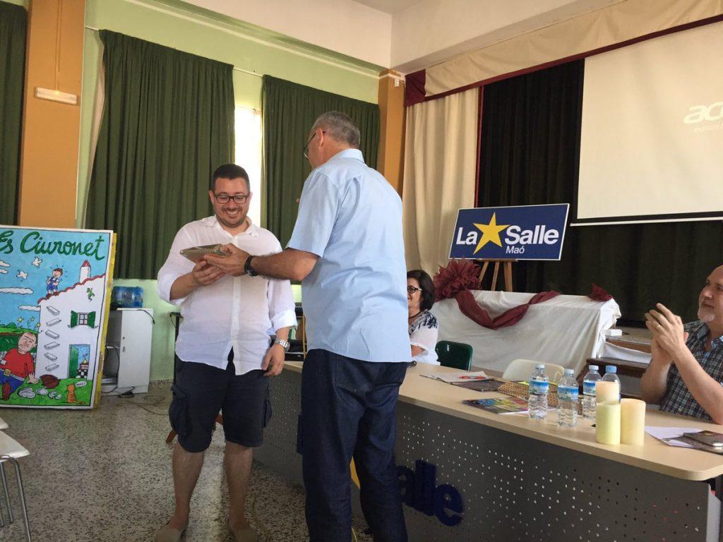Óscar Mercadal recibe un obsequio de manos del Visitador Auxiliar, José María Valero