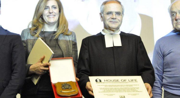 La representante de la Fundación Raoul Wallenberg, Silvia Costantini y el director del colegio La Salle San Giuseppe, Hermano Alessandro Cacciotti
