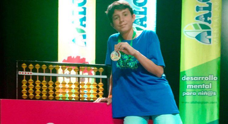 El ganador con su medalla