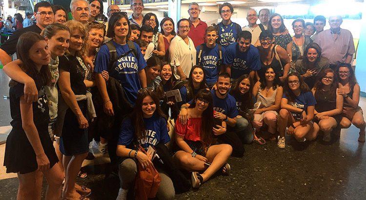 El grupo de voluntarios y monitores de Gente Pequeña junto a familiares y amigos