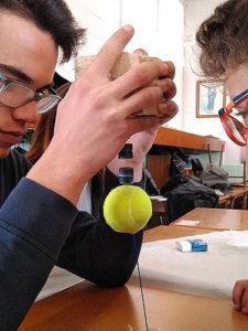 El día en que La Salle sueña Ciencia, una jornada científica en todos los colegios en la que los mayores experimentan junto a los más pequeños