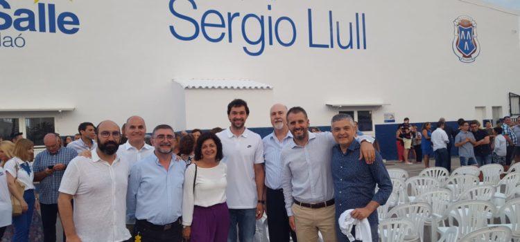 Ya luce el nombre de Sergio Llull en el pabellón deportivo La Salle de Maó