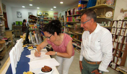 La ONGD Proyde firma una acuerdo con Raquel Papers para la venta de productos de comercio justo
