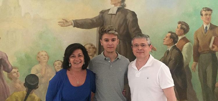 Joana Mª Cunill, directora de la Red de Centros La Salle Valencia-Palma, felicita a Jorge González, finalista en la Olimpiada Nacional de Economía