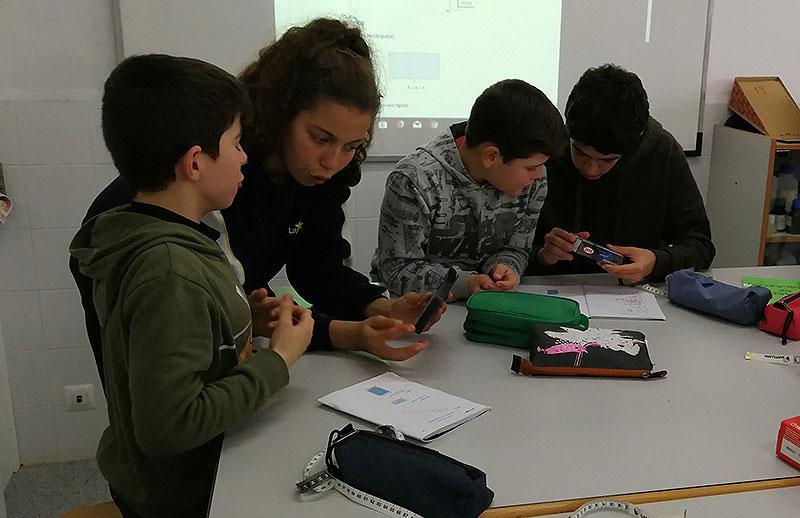 Alumnos de 5º de Primaria y 2º de Secundaria experimentan juntos en La Salle Alaior