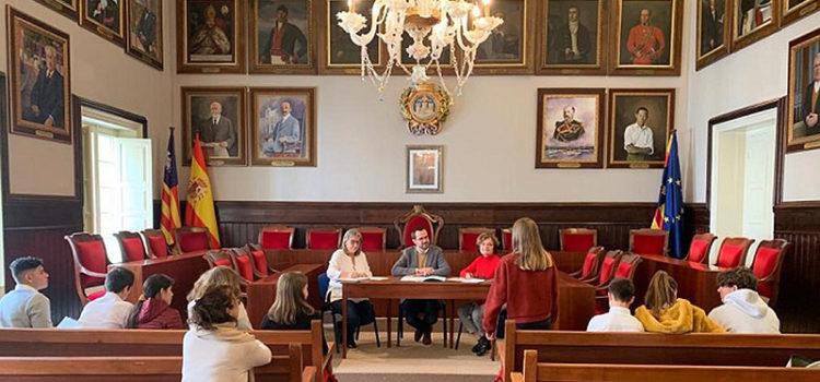 Alumnes de 3er d'ESO de La Salle Máo, rebuts a l'ajuntament per a presentar un projecte
