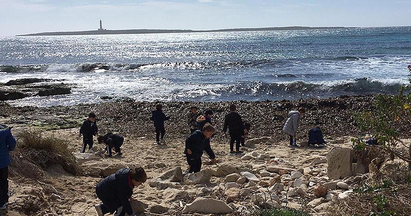 Els fillets de P4 de La Salle Maó ajuden a recollir microplàstics a la platja de Punta Prima